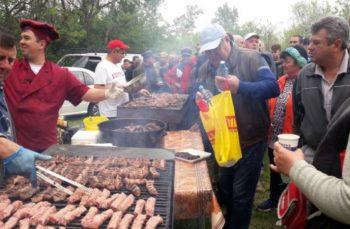 HARFELE SĂPTĂMÂNII (35). Marea sărbătoare PSD-istă de la Căcâna: sute de slătineni au mâncat mici, au băut bere și s-au distrat pe banii partidului