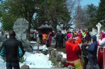 HARFELE SĂPTĂMÂNII (33). Peste 150 de romi au încins o bătaie epocală într-un cimitir din Focșani! Ei au smuls crucile de pe morminte și le-au folosit pe post de ciomege