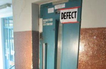 Caz ciudat la Arad: Patru oameni și un câine au rămas blocați în liftul unui bloc. Trei dintre ei erau supraponderali