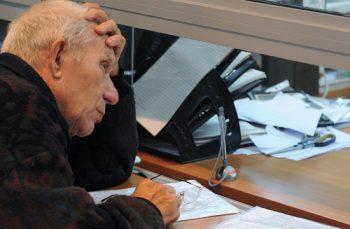 HARFELE SĂPTĂMÂNII (32) Un pensionar arădean, condamnat să plătească 6.000 de ani la o datorie bancară