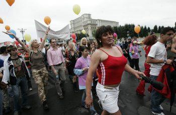 ACUM 10 ANI. Funar vota legi în Parlament. Participanții la Gay Fest erau atacați cu pietre