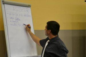 Un lector predă un curs de formare profesională pentru funcționari publici.
