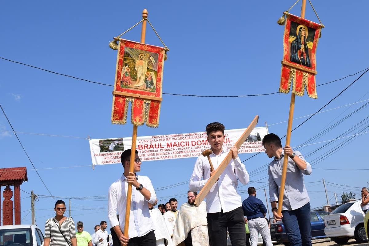 Copiii Cumpenei au adus Brâul Maicii Domnului în localitate, în cadrul unei procesiuni. FOTO: Facebook / Stiri Cumpăna