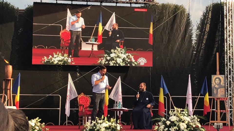 Daniel Buzduga și părintele Necula, în deschiderea concertului Holograf. FOTO: Facebook / Daniel Buzdugan