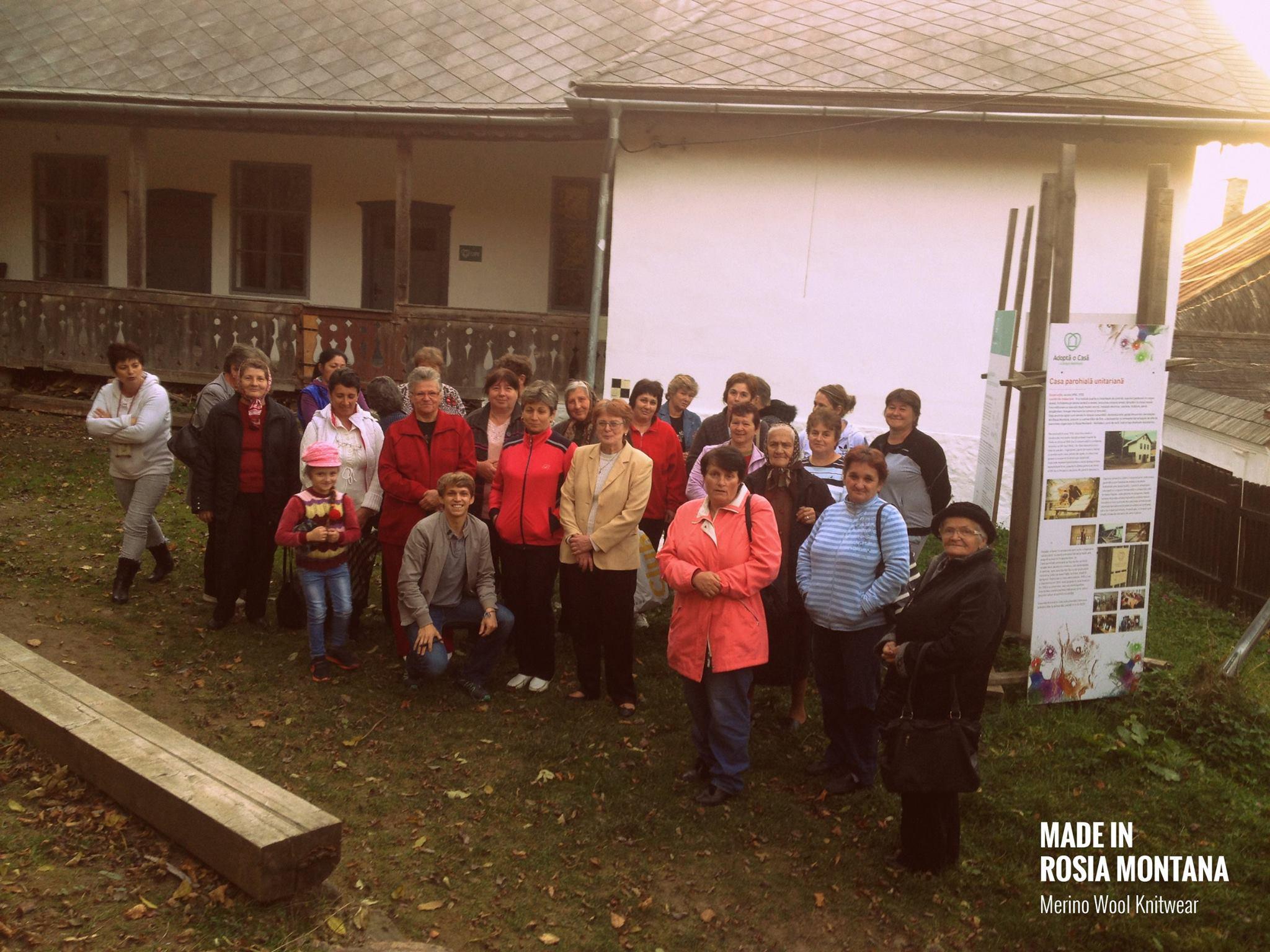 Octombrie 2017, Tică împreună doamnele din Roșia Montană care lucrează țesăturile