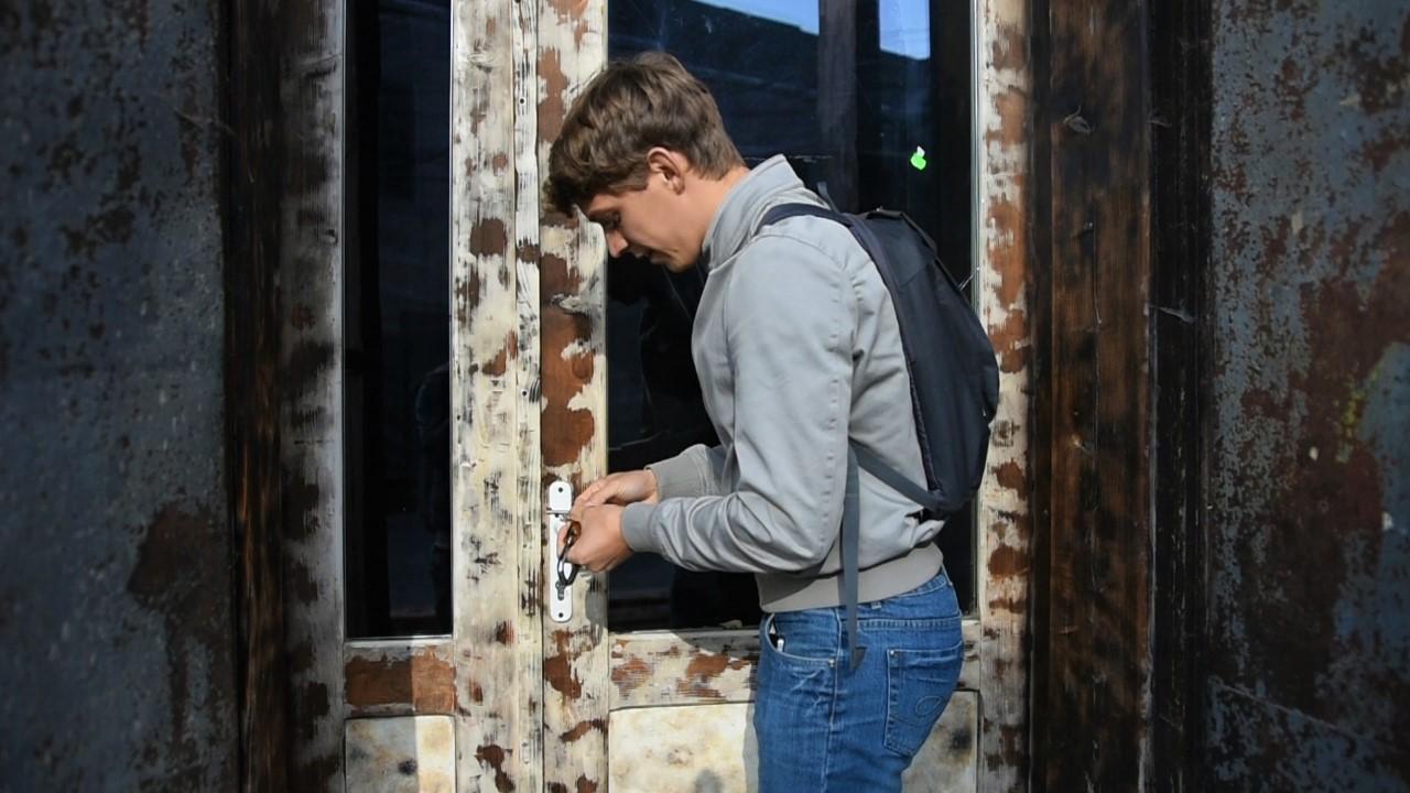 Tică, la porțile micului său show-room. FOTO: Recorder