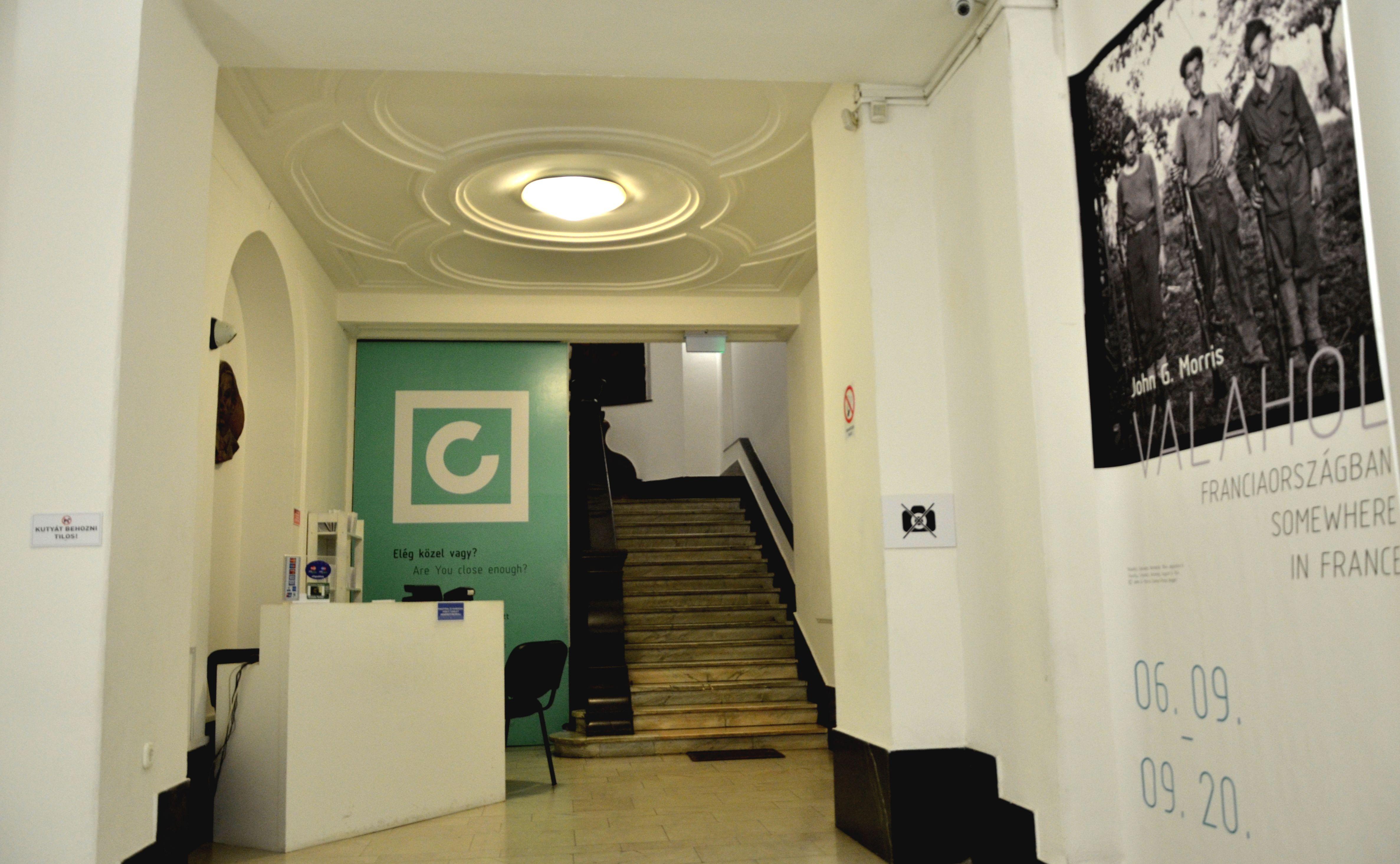 """Centrul """"Robert Capa"""" din Budapesta, orașul natal al fotografului. Pozele sunt interzise aici, cu excepția holului de la intrare. FOTO: Ionuț Stănescu"""