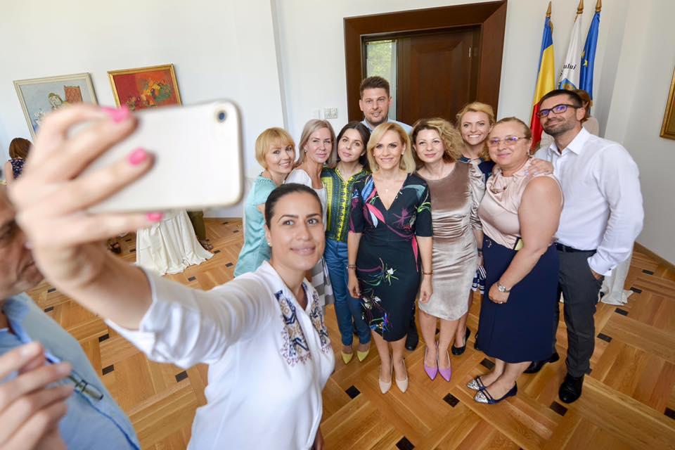 Mai mulți angajați ai Primăriei Municipiului București se bucură și fac poze alături de Gabriela Firea. FOTO: Facebook/Gabriela Firea