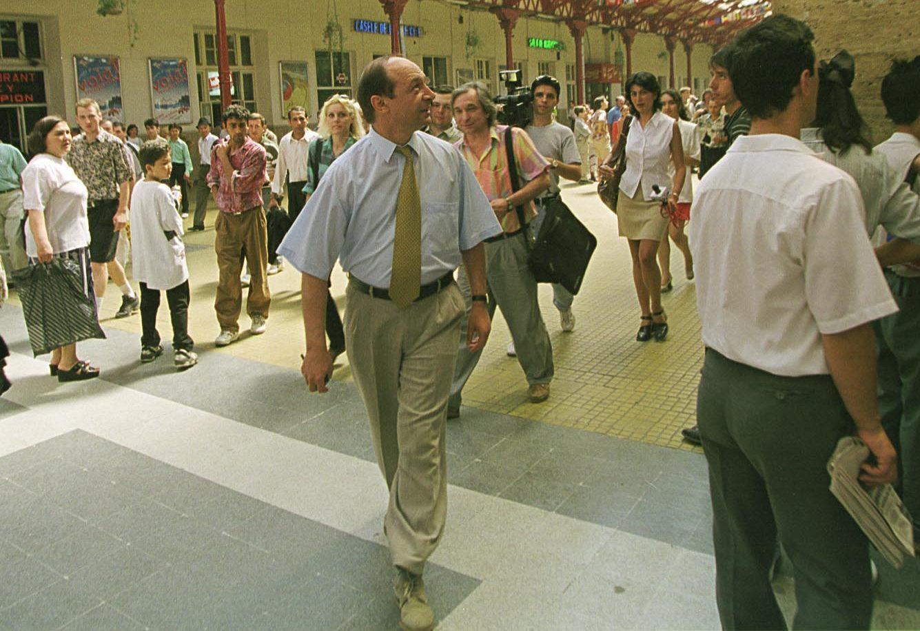 Traian Băsescu, ministru al Transporturilor în 1997, încerca să curețe Gara de Nord de oamenii fără adăpost. FOTO: Mediafax