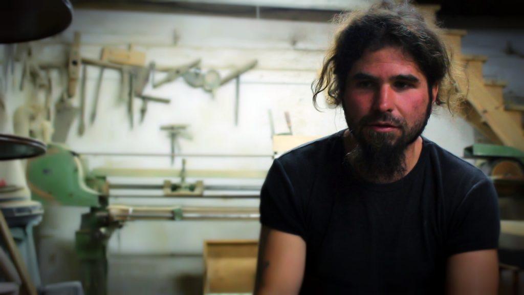 Christian Rummel locuiește în Richiș și își câștigă traiul din recondiționarea lemnului vechi
