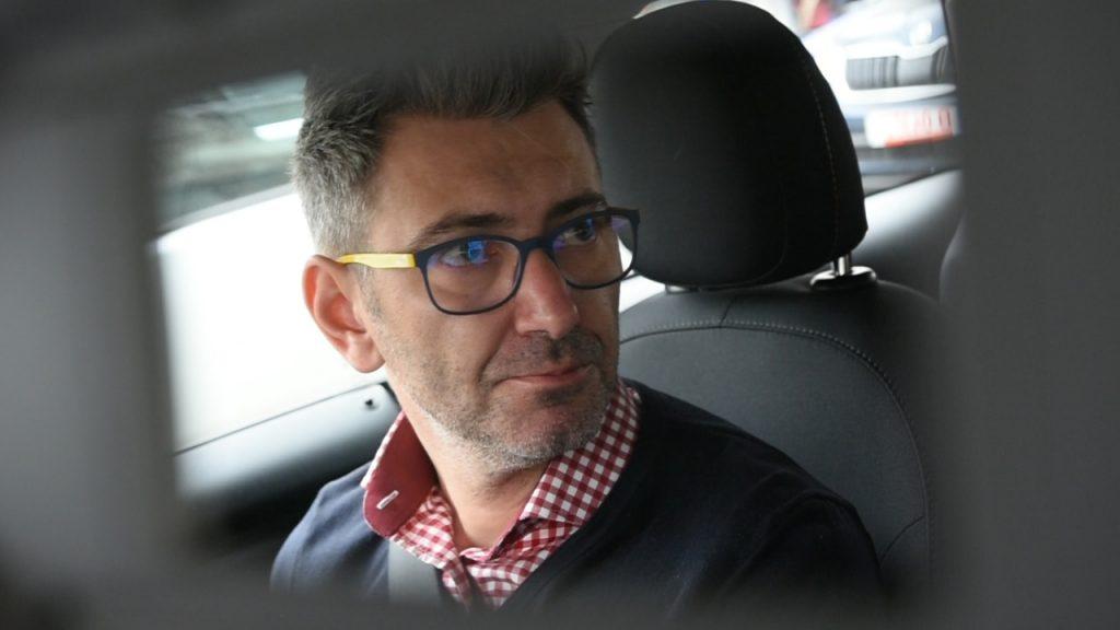 Demis Ghindeanu, cofondator Get Pony, la volanul uneia dintre mașinile disponibile pentru închiriat