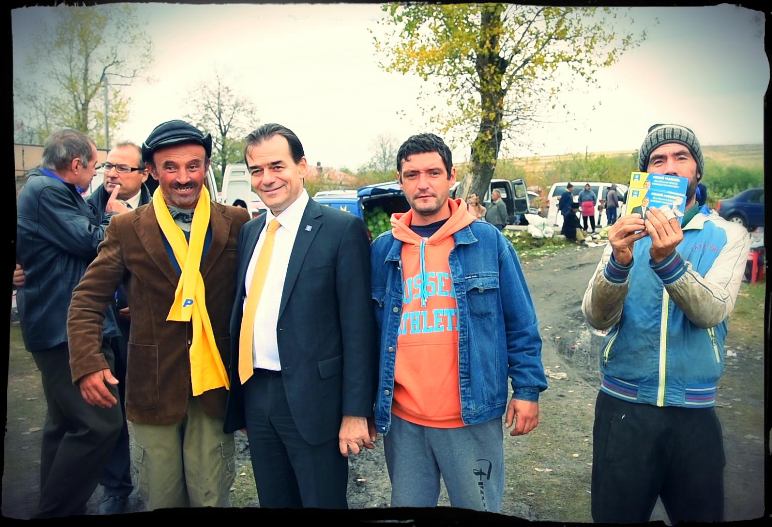 Ludovic Orban, poză de grup cu activul de partid din comuna Salcia, județul Teleorman. FOTO: Recorder