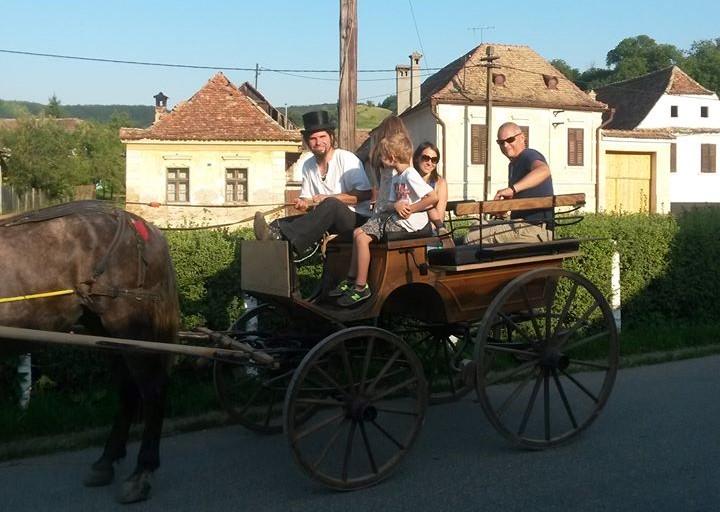 Străini, la plimbare prin Richiș. FOTO: Andrei Gheorhe Alexandru
