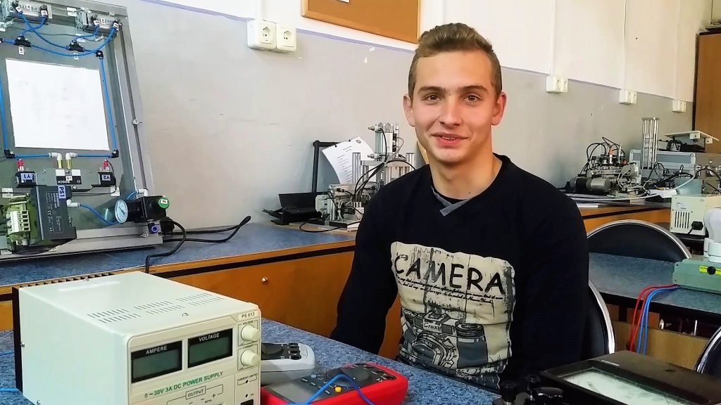 Darius este un elev din Recaș. A avut rezultate bune în școala generală și a ales să meargă la o școală profesională pentru că bursa de 400 de lei îl ajută să facă naveta Recaș - Timișoara