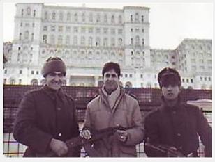 Graham Perolls, în 1990, alături de militarii români, încă înarmați după Revoluție.