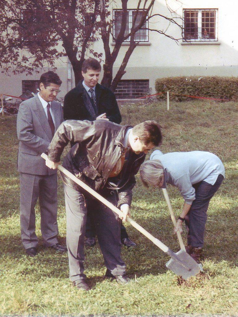 Brașov, 1998. Domnul Nelu și Graham Perolls asistă la săparea fundației pentru ceea ce avea să devină primul hospice din România