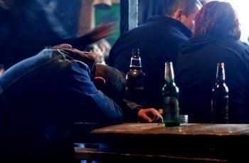 Singuri și beți în România