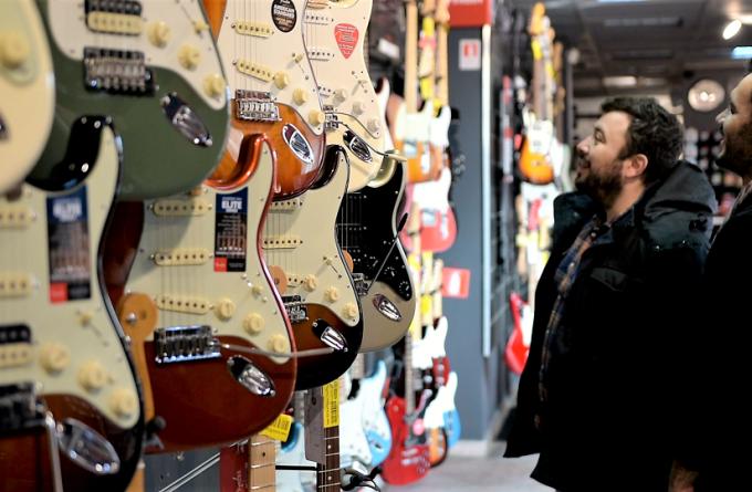 Antreprenorii rock'n'roll. Cum au ajuns în România chitarele care au electrizat lumea