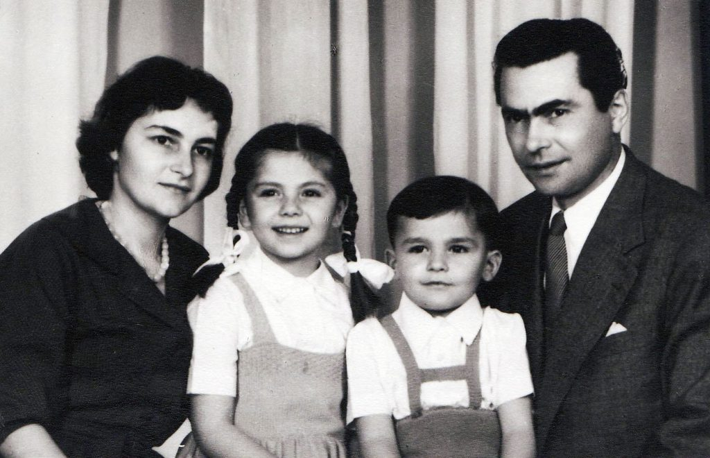 Doina Cornea, împreună cu copiii Adriana si Leontin si cu sotul, Leontin Iuhas.