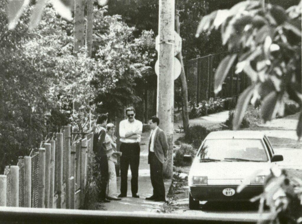Fotografie din dosarul de urmărire al Securității. Doina Cornea, în fața casei, împreună cu fiul ei și cu Pascal Delumeau,secretar al Ambasadei Franței din România.