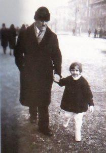 Doina Cornea, la vârsta de 3 ani, împreună cu tatal ei, Iacob.