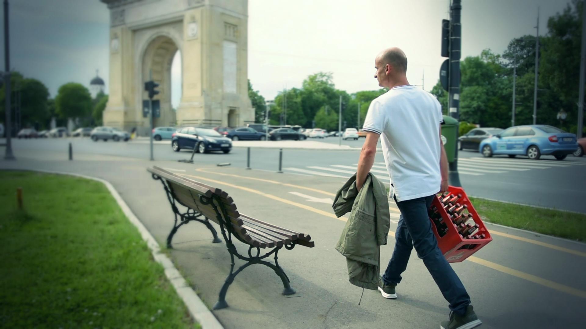 Bogdan Lungu și-a purtat naveta cu bere pe lângă Arcul de Triumf. FOTO: Recorder