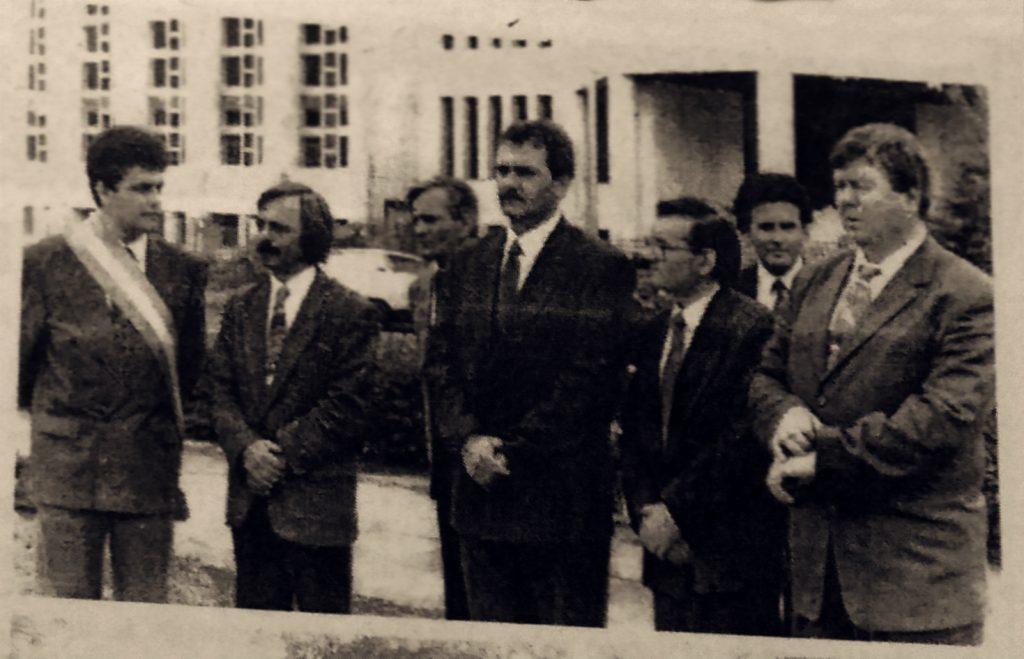 Dragnea (în centru), într-un moment de solemnitate în fața Prefecturii Teleorman