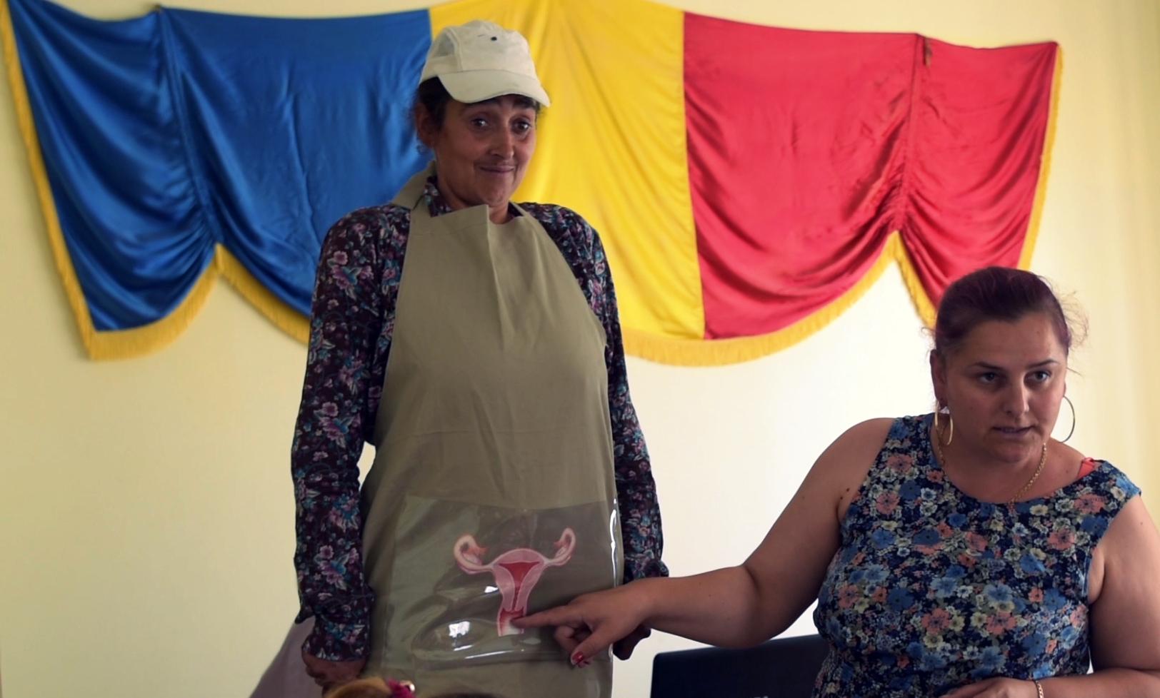 Femeile dintr-o comună vasluiană iau parte la o lecție din cadrul cursurilor pentru sănătatea reproducerii organizate de World Vision România. FOTO: Recorder