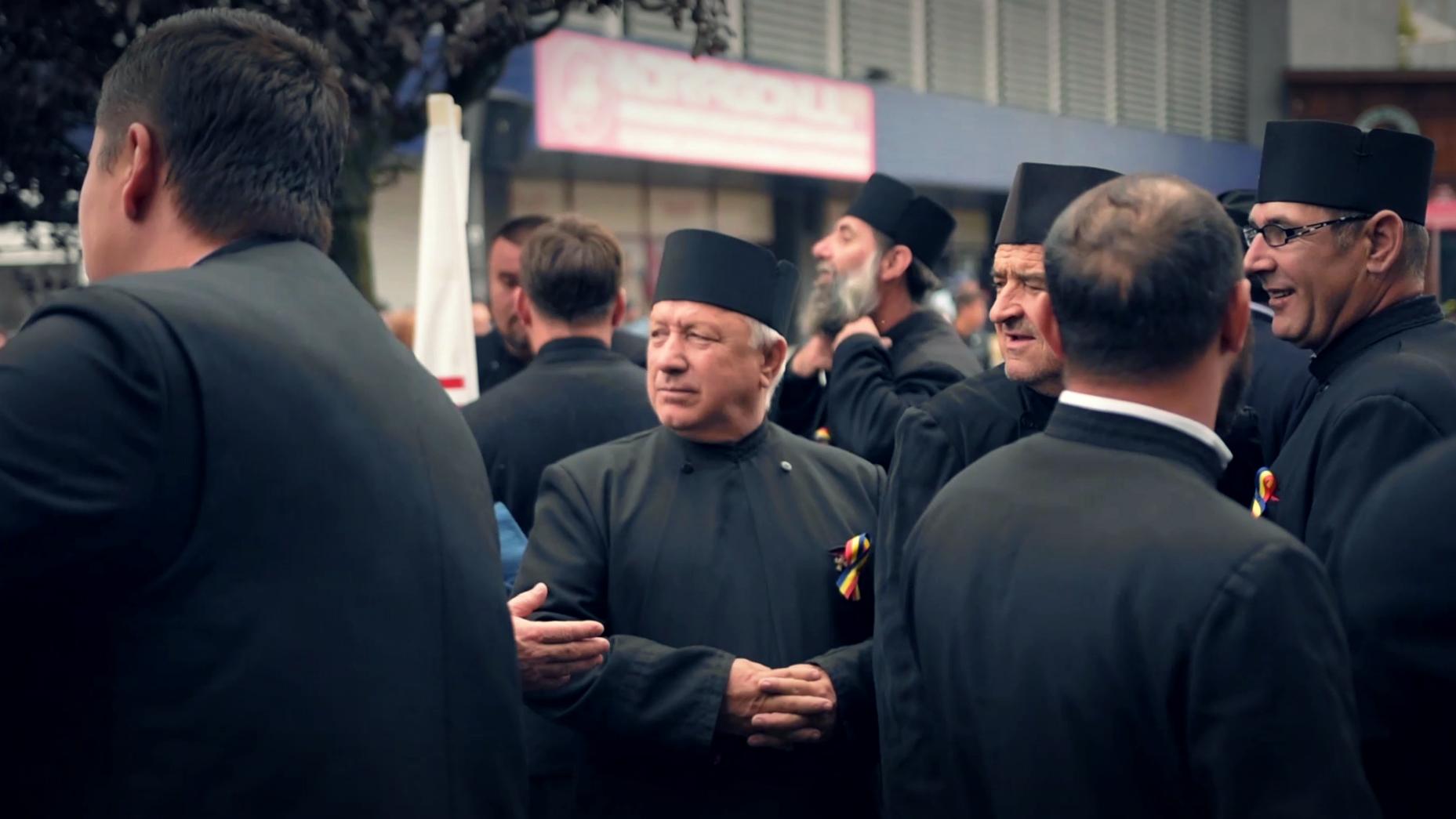 Aproximativ 100 de preoți au defilat, duminică, pe străzile municipiului Slatina, într-o manifestație care s-a dorit a fi un imbold pentru mobilizarea oamenilor la referendumul din week-end.