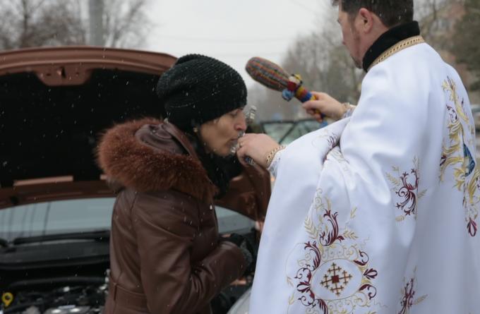 """În plină pandemie, preoții merg din casă în casă cu sfințirea. Oficial bisericesc: """"Noi umblăm destul de steril"""""""