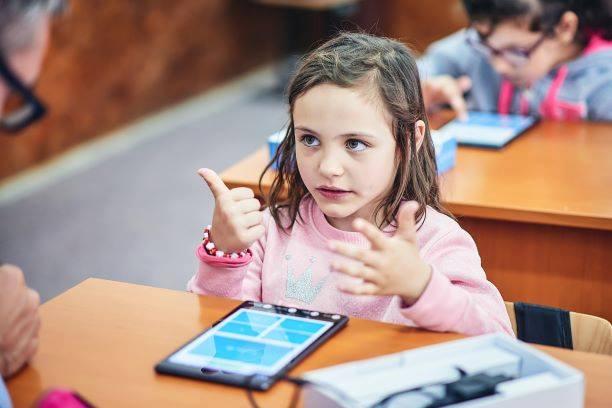 PODCAST. Treizeci de ani de voluntariat: cum au învățat românii să se ajute unii pe alții