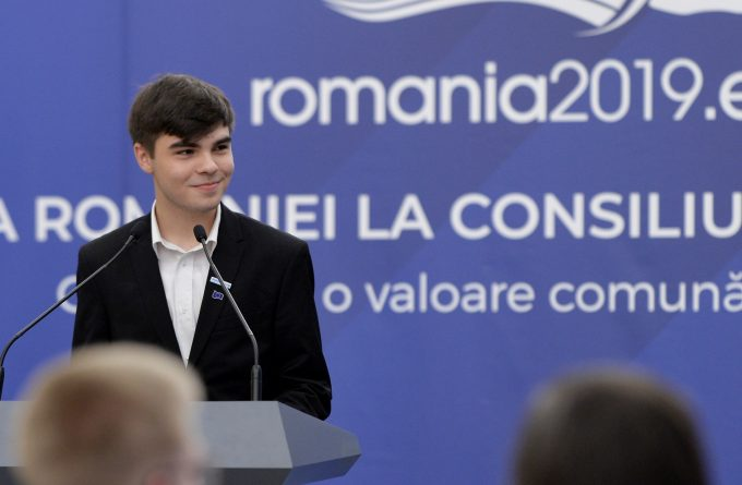 Elev, cetățean, individ. Cum e să ai 18 ani în România de azi