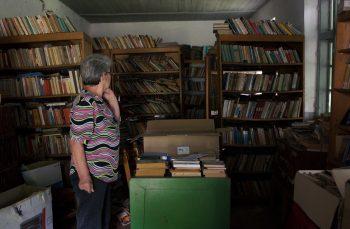 Cum se alege praful de bibliotecile de la sat